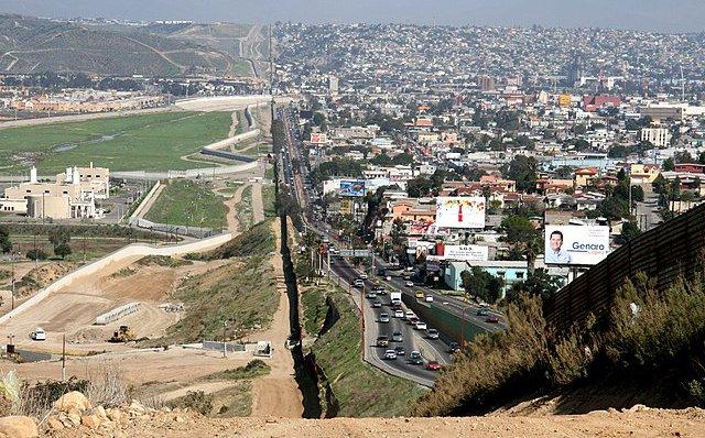 640px-Border_USA_Mexico.jpg