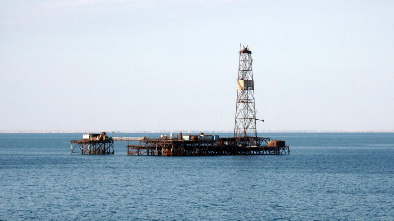 Deep sea oil drilling in the Caspian Sea - By Peretz Partensky from San Francisco, USA [CC-BY-SA-2.0 (http://creativecommons.org/licenses/by-sa/2.0)], via Wikimedia Commons