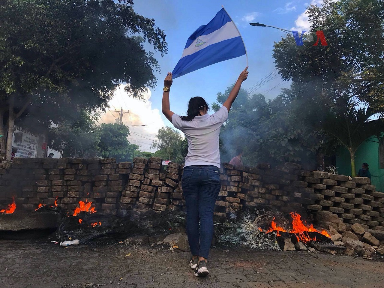 Nicaraguan_protests_woman_and_flag_wikimedia