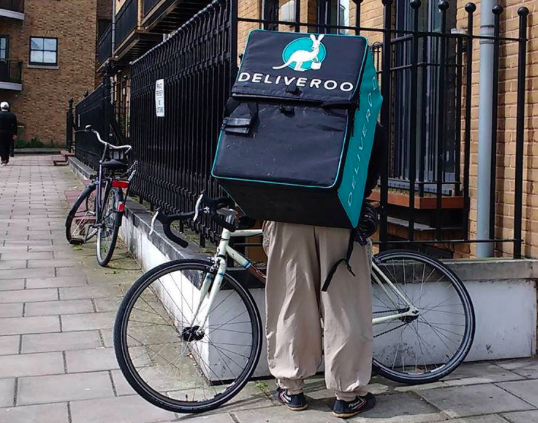 Deliveroo cyclist in London, Môsieur J./Wikimedia, CC BY 2.0