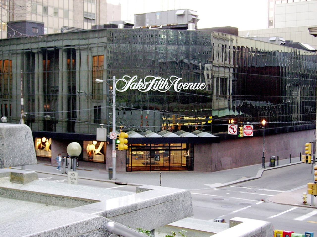 Saks_Fifth_Avenue_credit_via_wikimedia_commons
