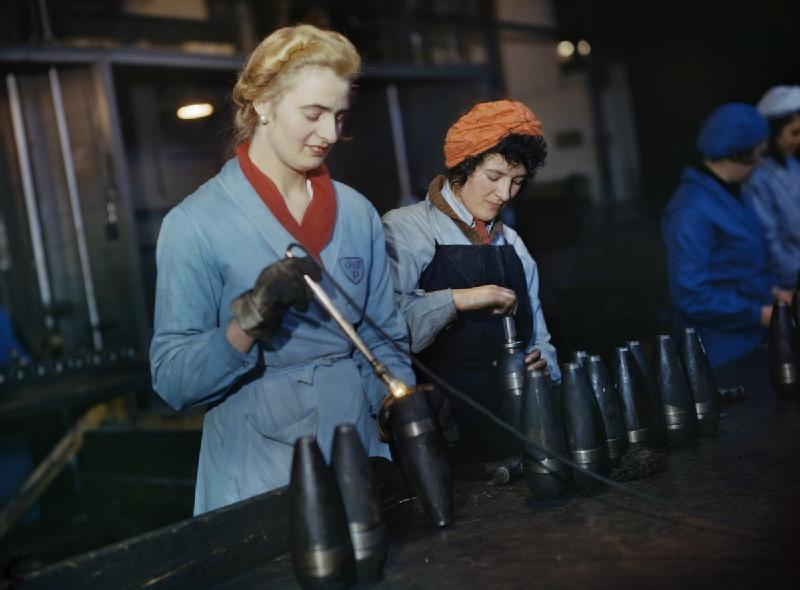 Women_workers_artillery_shells_small_arms_factory_Cornwall_1943
